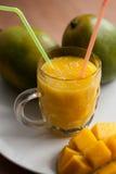 Il vetro del frullato fresco del mango Immagine Stock