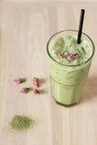 Il vetro del latte del tè verde decorato con secco è aumentato Fotografia Stock