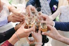 Il vetro del pane tostato con Champagne su nozze dice Immagine Stock