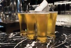 Il vetro della birra è servito sul contatore in un partito Fotografia Stock