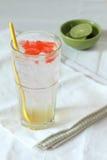 Il vetro della soda della calce beve con gelatina rossa fotografia stock