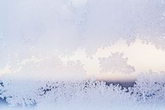 Il vetro di finestra dell'inverno ha ricoperto i modelli ghiacciati brillanti del gelo Fine in su Tempo di inverno fotografia stock