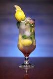 Il vetro di un'acqua di rinfresco della menta e del limone beve Immagini Stock Libere da Diritti