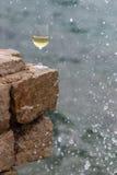 Il vetro di vino dentro spruzza Fotografia Stock Libera da Diritti