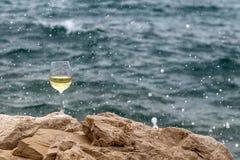 Il vetro di vino dentro spruzza Fotografie Stock Libere da Diritti
