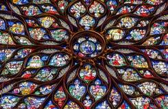 Il vetro macchiato religioso è aumentato finestre nel Sainte Chapelle, parità immagini stock