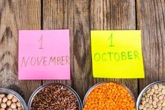 Il vetro modella con i cereali diversi - alimento sano di concetto per il giorno del vegetariano e del vegano del mondo Fotografie Stock