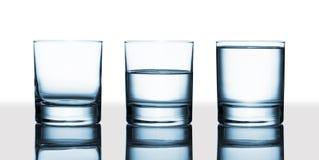 È il vetro pieno a metà o vuoto a metà? Immagine Stock
