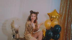 Il vetro tintinnante della donna allegra di champagne al partito sopra le stelle dorate di festa balloon il fondo Ragazza elegant archivi video