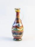 Il vetro trasparente ha sigillato la brocca con il modello della sabbia colorata dentro immagine stock