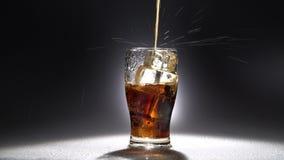 Il vetro vuoto di ghiaccio ha versato una bevanda Luce da dietro stock footage
