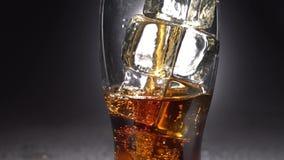 Il vetro vuoto di ghiaccio ha versato una bevanda Luce da dietro Fine in su video d archivio