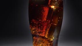 Il vetro vuoto di ghiaccio ha versato una bevanda Luce da dietro Fine in su archivi video