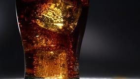 Il vetro vuoto di ghiaccio ha versato una bevanda Luce da dietro Fine in su stock footage
