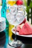 Il vetro vuoto ha riempito di cubetti di ghiaccio su una tavola dentro fotografia stock