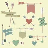Il vettore ha messo con le frecce etniche, nastri, bandiere, cuori Illustrazione Vettoriale