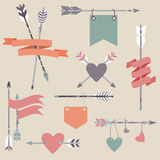 Il vettore ha messo con le frecce etniche, nastri, bandiere, cuori Illustrazione di Stock