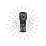 Il vettore tiene la birra della bevanda e calma - citi dentro il vetro della birra Citazione d'annata monocromatica della birra I illustrazione di stock