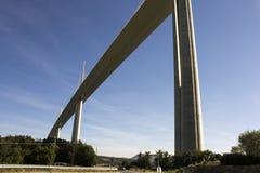 Il viadotto di Millau, un ponte strallato che misura la valle del fiume il Tarn vicino a Millau in Francia del sud È i talles Fotografie Stock Libere da Diritti