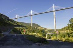 Il viadotto di Millau, un ponte strallato che misura la valle del fiume il Tarn vicino a Millau in Francia del sud È i talles Fotografia Stock