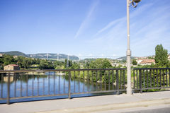 Il viadotto di Millau, un ponte strallato che misura la valle del fiume il Tarn vicino a Millau in Francia del sud È i talles Immagine Stock