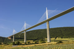 Il viadotto di Millau, un ponte strallato che misura la valle del fiume il Tarn vicino a Millau in Francia del sud È i talles Fotografie Stock