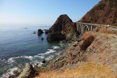 Il viadotto sulla strada della montagna Fotografie Stock