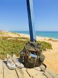 Il viaggiatore Backpacking in una spiaggia riposa l'isola di Tavira, Algarve portugal Immagini Stock Libere da Diritti