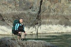 Il viaggiatore che va sulla banca rocciosa Immagini Stock