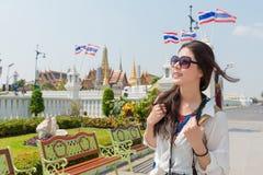 Il viaggiatore con zaino e sacco a pelo femminile felice gode della cultura buddista Fotografia Stock