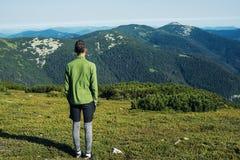 Il viaggiatore dell'adolescente sta stando da solo sul prato alpino Fotografia Stock Libera da Diritti