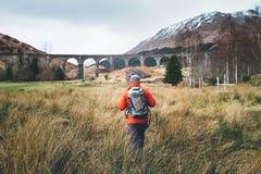Il viaggiatore dell'uomo cammina viadukt famoso neaar di Glenfinnan in Scozia fotografia stock
