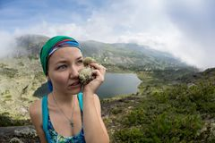 Il viaggiatore della donna che prende il selfie in attivo di concetto di avventura di stile di vita di viaggio delle montagne vac Fotografie Stock Libere da Diritti