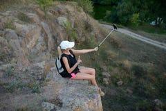 Il viaggiatore della donna che prende il selfie nello stile di vita di viaggio delle montagne adven Fotografie Stock Libere da Diritti