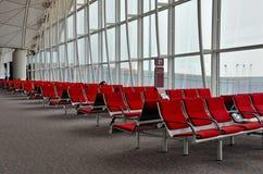 Il viaggiatore della donna dorme a Hong Kong Airport Immagini Stock Libere da Diritti