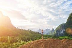 Il viaggiatore della giovane donna è paesaggio meraviglioso pieno d'ammirazione durante la sua vacanza in Tailandia Fotografia Stock Libera da Diritti