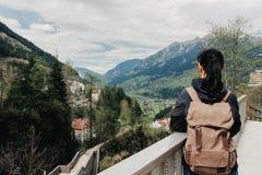 Il viaggiatore della ragazza con uno zaino è sulla piattaforma di osservazione Fotografie Stock
