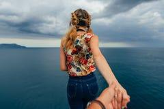 Il viaggiatore della ragazza tiene il vostro ragazzo sulla festa dal mare Immagine Stock