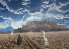 Il viaggiatore di fantasia cammina su una spiaggia sconosciuta ad un castello di pietra Fotografia Stock