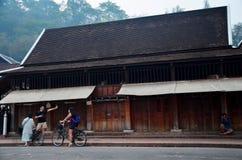 Il viaggiatore e la fucilazione tailandese dell'uomo prendono la tradizione della foto del almsgivi Immagini Stock Libere da Diritti