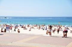 Il viaggiatore e la gente australiana vengono alla spiaggia di Bondi a Sydney Fotografia Stock