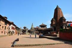 Il viaggiatore e la gente nepalese vengono al quadrato di Bhaktapur Durbar Fotografia Stock