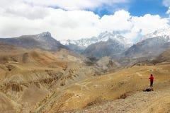 Il viaggiatore nelle montagne himalayane nepal Regno del mustang superiore Fotografia Stock