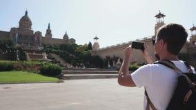 Il viaggiatore sta filmando dalla costruzione dello smartphone del museo di arte nazionale della Catalogna stock footage