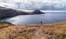 Il viaggiatore su una costa rocciosa dell'oceano Fotografie Stock Libere da Diritti
