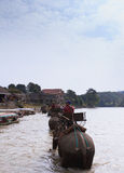 il viaggiatore viene villaggio della tribù della collina di visita Fotografie Stock Libere da Diritti