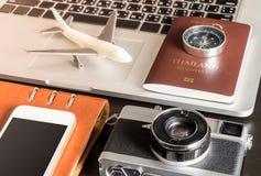 Il viaggio d'affari obietta sul computer portatile per il viaggio d'affari Fotografie Stock Libere da Diritti
