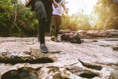 Il viaggio degli asiatici delle donne e degli uomini dell'amante si rilassa nella festa La passeggiata nella foresta si rilassa s fotografie stock