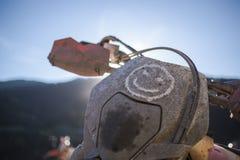Il viaggio di enduro con la bici della sporcizia alta nelle montagne sorride Immagine Stock Libera da Diritti