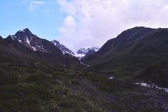 Il viaggio nelle montagne Immagine Stock